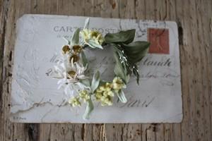 母子草とオオバコの布花ブローチ