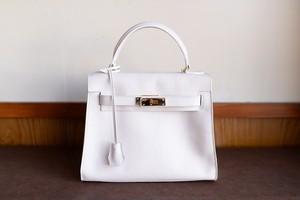 白い革で作ったバーキンタイプのハンドバッグ