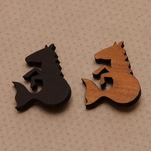 木製ブローチ・ケルピー