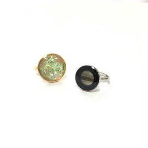 オーロラカラーとシェル風黒縁ボタンのリング