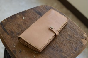 ヌメ革のシンプルな長財布(ボタン付き)