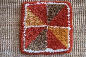 佐藤隘子さんのノッティング ー手織りの椅子敷きー