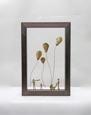ウッド&フレーム(W13) 「家族と空高い風船と乳母車」 30X20X4 cm