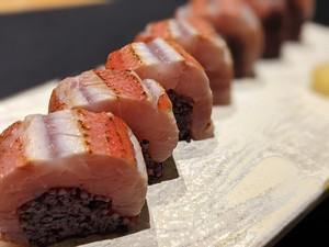 黒米を使った金目鯛棒寿司