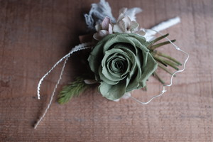 グリーンローズの花開くコサージュ