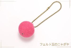 フェルト玉のキーホルダー 濃いピンク