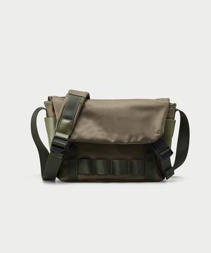 メンズショルダーバッグ。メッセンジャータイプ収納豊富グリーンカラー