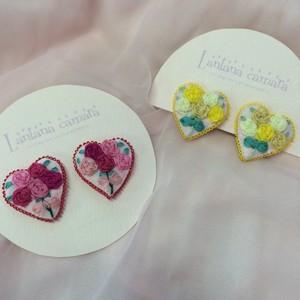 Lantana camara リボン刺繍のミニハート型ピアス/イヤリング