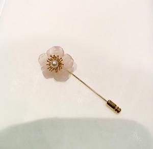 ローズクォーツの花びらに金張りのシルバーと真珠のハットピン