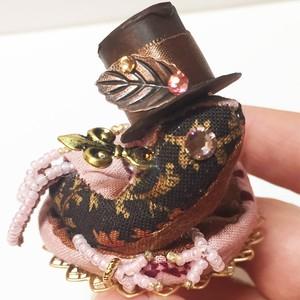 バレンタインのちびっこ宝石竜ブローチ【ストロベリーショコラ・ビタービターハット】