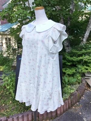 袖フリルが清楚さを演出する上品花模様のお嬢さま風丸襟ワンピース (白の裾フリルを足すインナー付)。セットアップ 白襟 夏 一点もの