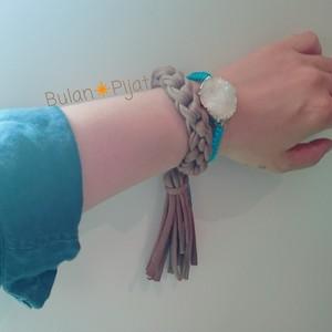 ズパゲッティ タッセルブレスとホワイトドゥルージー×ブルー刺繍糸ブレスレット 天然石