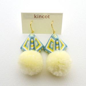 kincot 糸巻きポンポンピアス(オフホワイト×ブルーグレー×イエロー)