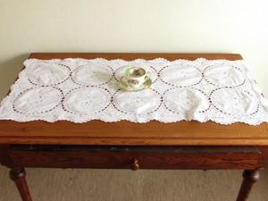 お花の白糸手刺繍と手編みクロッシェのテーブルセンター (フランス)