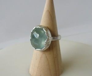 リーフに包まれたプレナイトの指輪