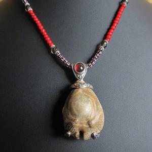 タカラガイ古代種の化石ペンダント(赤)
