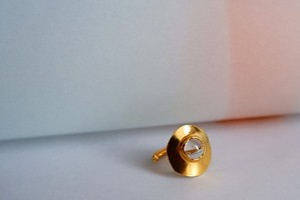 穴から出そうな水晶付ピンキーリング (GD)