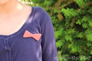 リボンモチーフの漆塗りブローチ【撫子色(なでしこ色)×ストライプ(紅)】 / Ribbon Motif Pin Brooch in colored-URUSHI(Pink x Pink stripe)