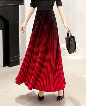 赤色ロング丈プリッツスカート