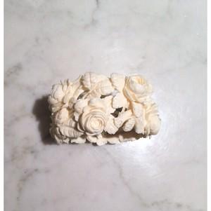象牙色の樹脂製 薔薇のワイヤーブレスレット