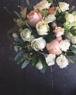 バラと季節の花のラウンドブーケ