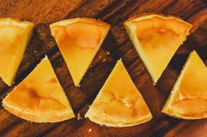 """手作り""""しっとりレア仕立てのベイクドチーズケーキ""""【クッキー&チョコペン付】"""
