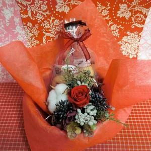 シックな陶器カップにアレンジした綿(わた)と薔薇のプリザーブドフラワーと冬の焼き菓子2袋のギフトセット