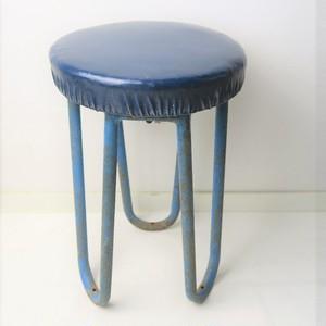 青い座面とスチール足の時代物丸椅子