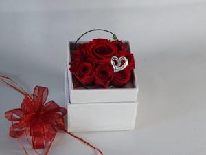 紅い薔薇のボックスアレンジ(白)