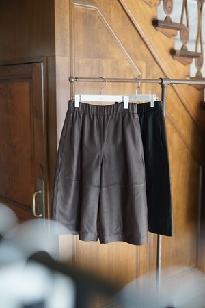 pelleq / Lamb leather shorts MIDNIGHT(ブラック)/ SOIL(ブラウン)