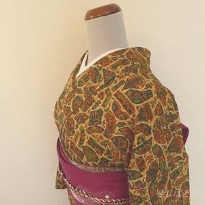 正絹ちりめん ベージュの異国風の小紋 袷の着物