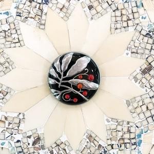 黒樹脂に銀彩、赤珊瑚、藪柑子(ヤブコウジ)のブローチ