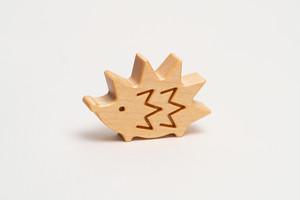 木のブローチ・ハリネズミ
