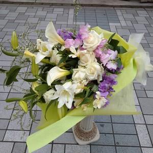 カサブランカをつかった白メインの花束