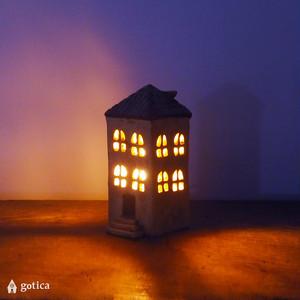 明かりの家®︎ 屋根に鳥の巣がある、街角のライブラリー