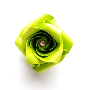 折り紙のバラブローチ(色名:黄緑)