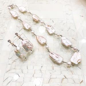 福! 平らなバロックパールと丸い真珠のステーションネックレスとイヤリング・ピアスのセット