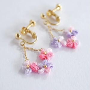 夕桜|刺繍糸のお花のゆらゆら耳飾り