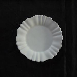 白磁輪花六弁リム小皿