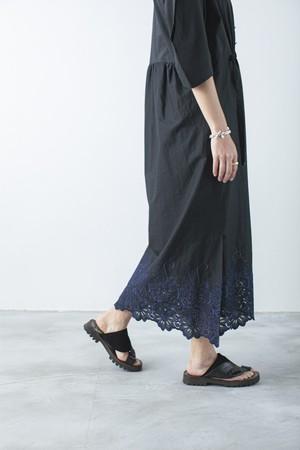 エンブロイダリーヘムスモックドレス   < ブラック >