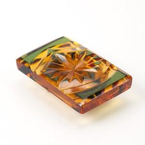 江戸切子 菊模様 伝統工芸 無料包装 結婚祝 還暦祝 誕生日 着物 クリスタルガラス帯留 琥珀色緑被せ
