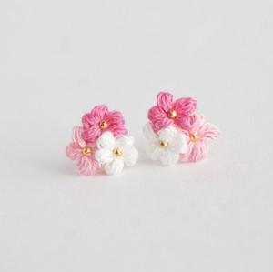 マカロン|刺繍糸のお花のプチブーケ耳飾り