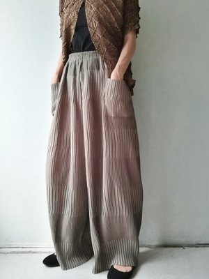WIDE PLEATS PANTS.