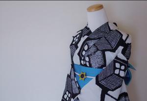 SALE!!【M-4】 丈139 裄61  白を基調とした立方体の柄  小さいサイズ  絞り 浴衣 リサイクル