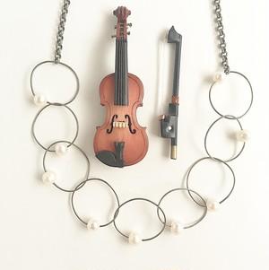 ヴァイオリン, ヴィオラ弦のパールチェーンネックレス    VIolin, Viola string hoop short necklace with pearls