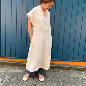 Asymmetry sleeve dress white