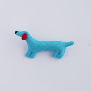 水色の犬のブローチ