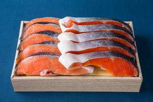 食べ比べ]チリ産塩銀鮭(5切れ)とロシア産塩紅鮭(5切れ)のセット箱詰め