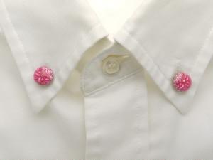 襟に少しのお洒落ボタンダウンピアス(ピンク)