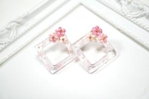スクエアレジンと刺繍糸のお花の耳飾り